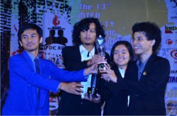Tim Debat Fakultas Ekonomi menerima trophy juara 1 (Foto: Bangkit Patrya)