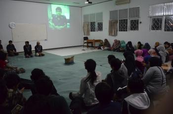 Suasana doa bersama untuk Alm. Fikri Salam dan Alm. Muhjen.