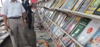 Hari Pertama Bazar, Ketua LPPM Unsoed Borong Buku