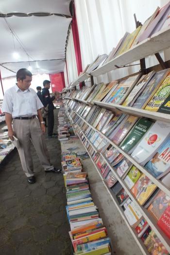 Pak Totok sedang memilih buku