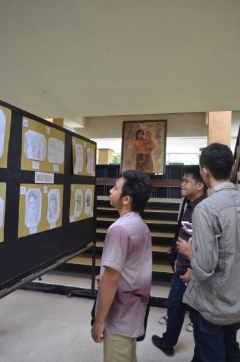 Mahasiswa sedang melihat karya seni civitas akdemika fakultas peternakan.