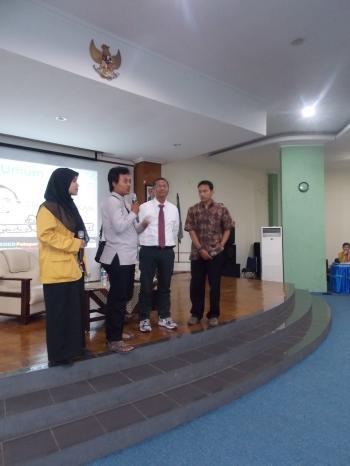 Dahlan Iskan saat sesi tanya jawab dengan mahasiswa