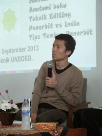 Tere Liye saat memberi tips kepada peserta workshop (Tami)