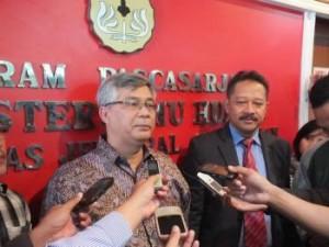 M. Akil Mochtar memberi penjelasan kepada wartawan  terkait RUU Pemilukada (Tami)