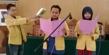 Harfin dan Afu membacakan sumpah jabatan (Deni)