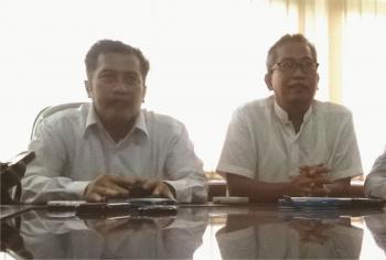 Achmad Iqbal (kiri) dan ketua pemilihan rektor Unsoed, Agus Suroso (kanan) saat jumpa pers