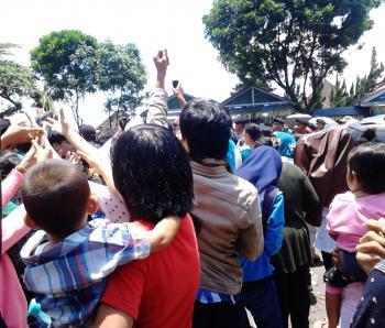 Beberapa Ibu Memerebutkan Gunungan Sambil Menggendong Anaknya. Foto: Rachma Amalia