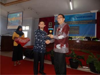 Prof. Dr. Sahala Hutabarat, M.Sc (batik merah) menerima kenang-kenangan di akhir acara. (Syarif)