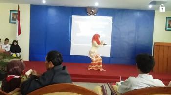 Penampilan Nyi Monik Enda Mustika saat menari Jaipong. Foto: Dokumen Panitia Diesnat