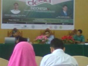 Diskusi desa, Prof Imam Santoso (kiri), Budiman Sudjatmiko (tengah), Hermawan Praseyo (kanan). Foto: Raja M Anka (Anggota Magang LPM Sketsa)