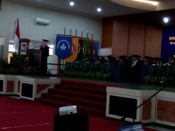 Dr. Rifda Naufalin, S.P., M.Si. ketika membacakan orasi ilmiah pada Sidang Senat Terbuka Pengukuhan Profesor Universitas Jenderal Soedirman, Jumat (5/12). Foto: Sucipto
