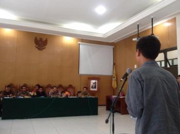 Marsha Azka meminta rektor menandatangani berkas pernyataan mahasiswa. Foto: Siti Sarah, Anggota BEM Unsoed