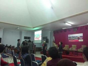 Suasana pascadiskusi film FMN Purwokerto (Foto: Susilo Fathurrokhman)