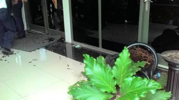 Kaca rektorat yang pecah dan pot tumbuhan yang berantakan. Foto: Aisyah Putriana