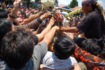 Warga Masih Mencari Sisa Gunungan Grebeg Suro Baturraden 2014. Foto: Tefur Nurrohman