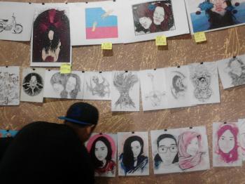 Pengunjung sedang memperhatikan deretan gambar. Foto: Laili Uswatun Nadlifah