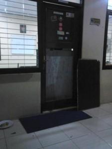 Pintu Sekretariat BEM Unsoed yang jebol. Foto: Lely Zikri Zulhidayah
