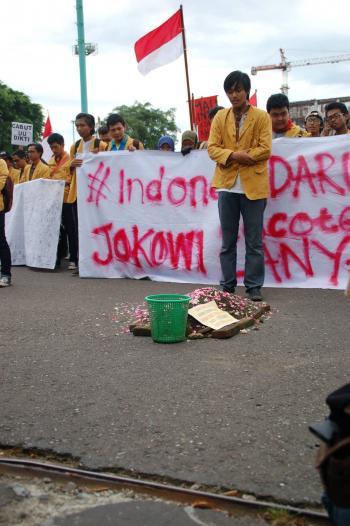 Mahasiswa unsoed berjamaah di depan Gedung DPRD. Foto: Susilo Fathurrokhman