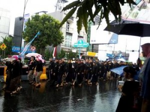 Hujan yang mengguyur barisan Kirab Pusaka Banyumas. Foto: Untung