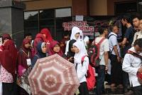 Suasana registrasi saat hujan mengguyur, mahasiswa dan beeberapa stan pindah ke beranda Gedung Auditorium