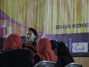 Inggrid berdebat di final the 15th IFDC (Anung)