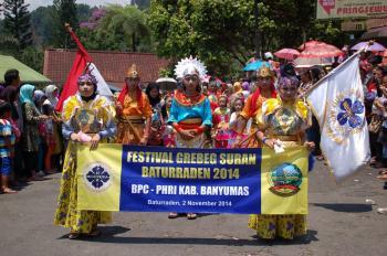 """Barisan Peserta Festival dalam """"Grebeg Sura Baturraden"""""""
