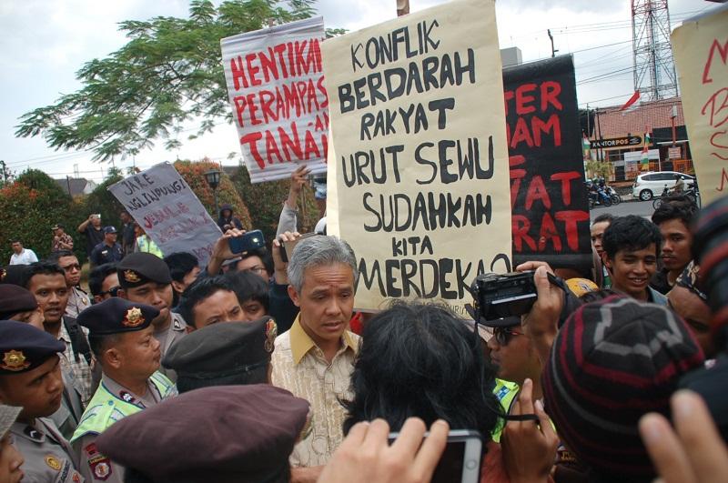 Gubernur Jawa Tengah Ganjar Pranowo menemui Aliansi Solidaritas Penolakan Tindak Kekerasan TNI Terhadap Petani Urut Sewu di halaman depan Auditorium Graha Widyatama Unsoed, Foto: Untung