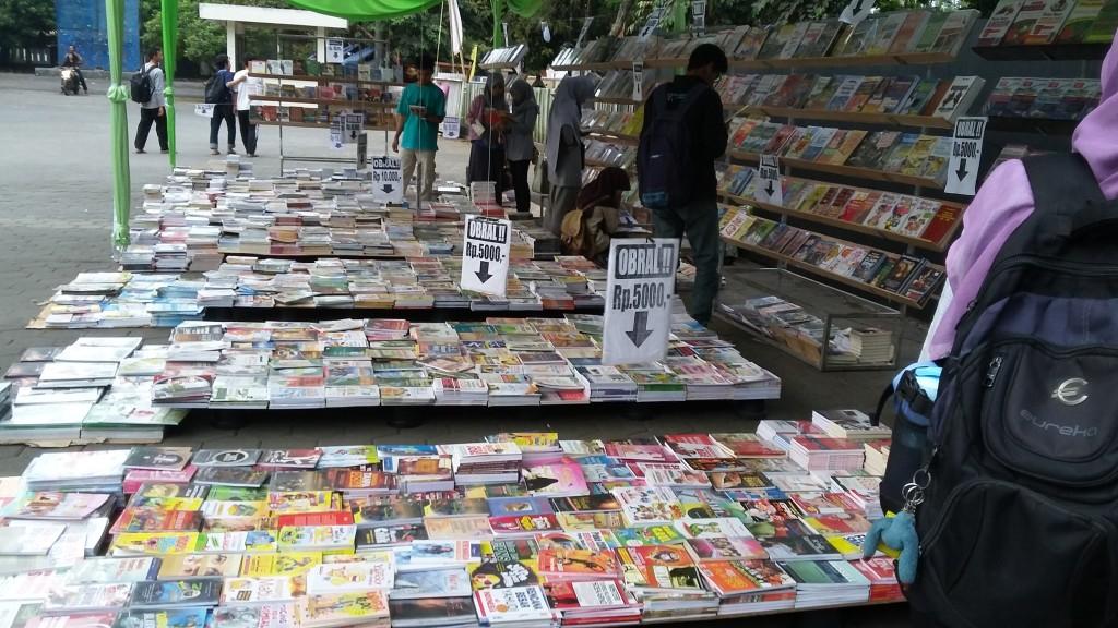 Pengunjung Bazar Buku LPM Sketsa sedang melihat-lihat buku. Foto: Laili Uswatun Nadlifah
