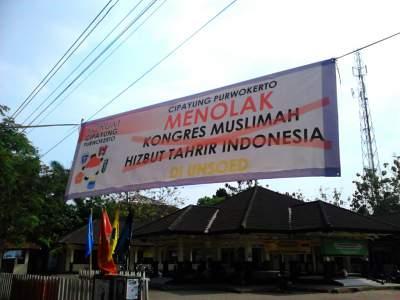 Spanduk penolakan kongres MHTI di Unsoed oleh Forum Cipayung Purwokerto