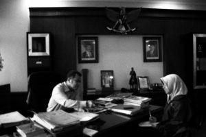 Rektor memperlihatkan Surat Edaran BEM Unsoed yang meliburkan semua aktivitas perkuliahan dalam rangka mengajak mahasiswa untuk beraksi bersama dalam Aliansi Soedirman Melawan. Foto: Mustiyani