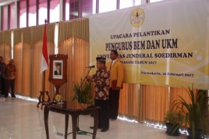 Rektor Unsoed Achmad Iqbal melantik perwakilan UKM-U (10/2). Foto: Yoga Iswara Rudita Muhammad.