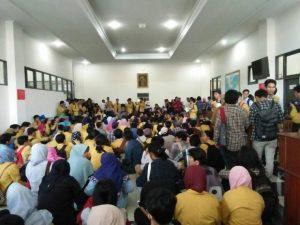 Mahasiswa yang tergabung dalam aksi Soedirman Melawan (SM) memenuhi lantai 1 Gedung Rektorat (GR) Unsoed (2/5). Foto: Faida Nasiroturrohmah.