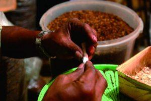 Seorang calon pembeli tengah melinting tembakau di salah satu kios tembakau curah di Pasar Wage (11/2). Foto: Yenny Fitri Kumalasari.