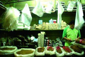 Lapak Koh Cucung, penjual tembakau curah di Pasar Wage, Sabtu (11/2). Foto: Yenny Fitri Kumalasari.