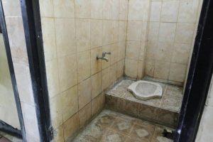 Kondisi WC di lantai empat Rusunawa Universitas Jenderal Soedirman (07/05).